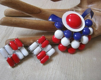 Vintage Mod look red white blue pin earrings set, Weiss red white clip earrings, geometric shapes pin earrings, patriotic colors pin earring