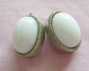 vintage white oval in a silver tone oval setting clip on earrings 1115C