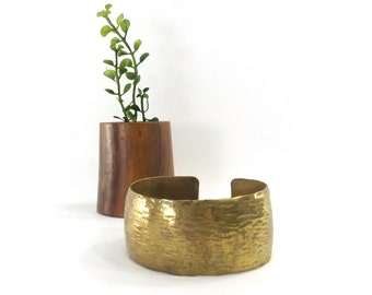 vintage 60s 70s brass cuff bracelet wide textured hammered metal age women fashion jewelry classic traditional simple classy chic metalwork