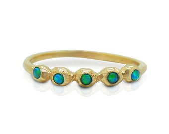 Opal engagement ring set in yellow gold, 5 stones set