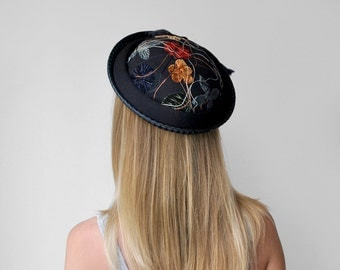 50 blue floral hat. straw. 50's brim hat. colored flowers. bow. 1950's round hat.