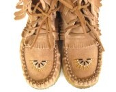 Vintage Fringed Suede Moccasins // Festival Wear // Southwest // Native // Boho // Bohemian // Fashion // Beaded // Booties // W Sz 8