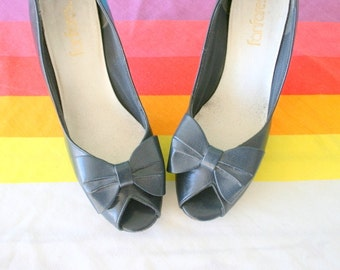 1960s NAVY Leather Heels..size 6.5 women..leather. shoes. pumps. bow tie. party. mod. classic. party heels. glam. fancy. blue leather heels
