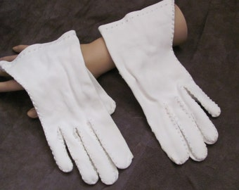 Gloves Beautiful Ladies Vintage White Soft Wrist Gloves (02A)