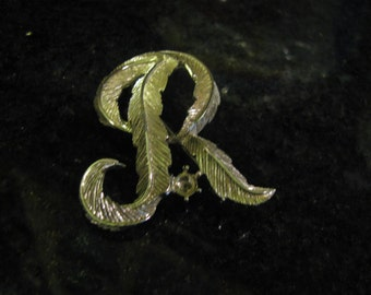Textured unsigned initial R brooch