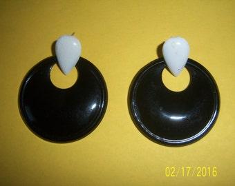 Vintage Black And White Enamel Earrings -  MOD Black And White Pierced Earrings - Teardrop Earrings -  Chic Earrings - Pear Shape Earrings