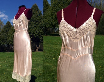 1930s-1940s Hearts Peach Nightgown / Vintage Slip Nightgown Heart Applique & Delicate Lace / Size Medium-Large
