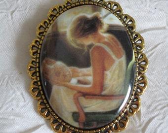 """Broche en métal doré """"Une jeune femme pleine de grâce"""""""