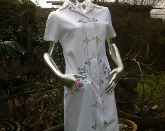 Pretty 1970s White Embroidered Crimplene Mod Dress