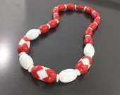 Vintage Retro Red and White Lucite Necklace, Colorful Mod Necklace, red and white beaded 1960s necklace, Retro Holiday Necklace.