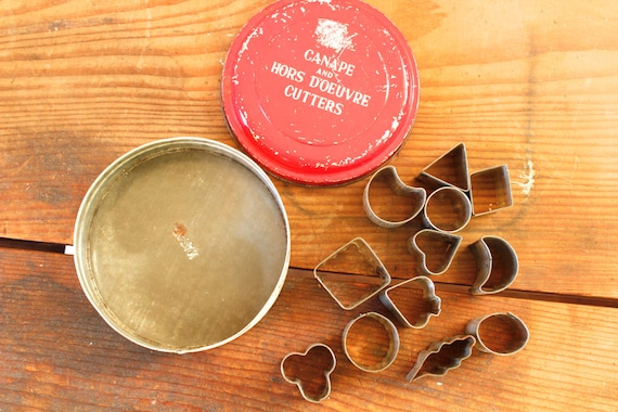 Vintage hors d 39 oeuvre cutters tin of canape cutters in red for Mini canape cutters