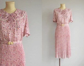 Vintage 70s Dress / 70s Novelty Print with Crystal Pleat Skirt and Belt / 70s Does 30s