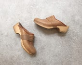 tan leather clogs // women's US size // made in Sweden