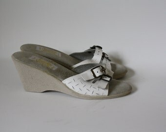 Vintage Wedge Sandals / 1970's Sandals / White Leather Sandals / 1970's Rubber Sole Sandals / Strappy Slide Sandals 7