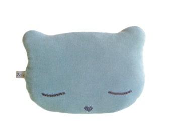 Coussin Chat en velours ras de couleur bleu mint,  yeux brodés et nez pailleté bleu