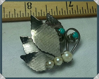 A sweet little Brooch with glass pearls and turquoise.