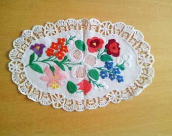 Traditional vintage Hungarian hand embroidery oval Kalocsai Richelieu table runner centerpiece