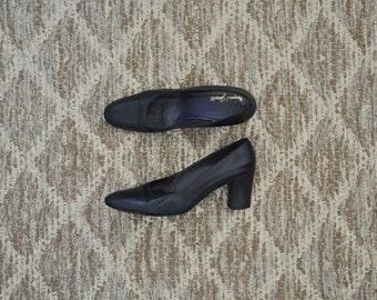 60s navy blue pumps / 1960s leather heels / vintage block heel shoes 7