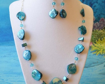 Natural blue shell necklace set with glass beads