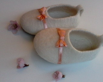 Baby felt shoes, Christening shoes, Felt girl slippers, Wool shoes, White girl shoes, Newborn, Baby shoes, Ballet girl shoes, Baby booties