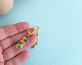 Plumes d'indien  pendantes, boucles d'oreille tissées à l'aiguille, perles de verre japonaises Miyuki, apprêts dorés à l'or fin 24 carats.