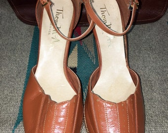 Gorgeous Vintage 1970's Thom McAn Women's Light Brown Vegan Faux Leather Ankle Strap Sandals 10--Made in the USA