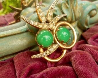 Green Stones & Golden 50's Brooch. Rhinestone Brooch. Vintage Brooch.