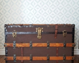 Antique steamer trunk with key - Brown canvas, wood strapping and original leather straps and handles and papered interior and tray