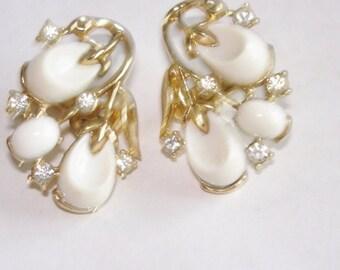 """Crown Trifari White """"Pebble Beach""""  Clip Earrings"""