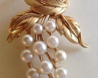 Beautiful vintage pearl and gold tone Trifari spray brooch pin