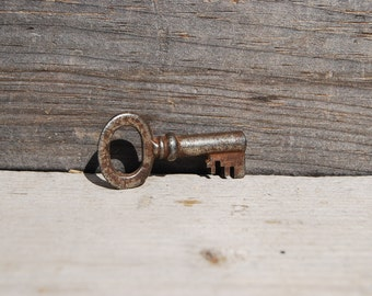 Antique Skeleton Key, Vintage Key for Necklace, Steampunk Jewelry Supply