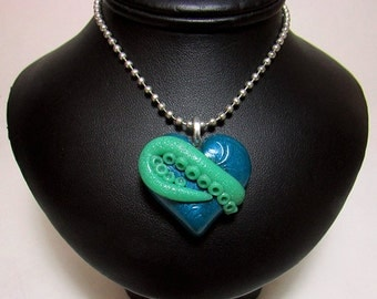 Tentacle Heart / Cthulhu heart / glow in the dark / Green and Blue / polymer clay/ sculpted pendant / geek jewelry/ gothic jewelry/ Cthulhu