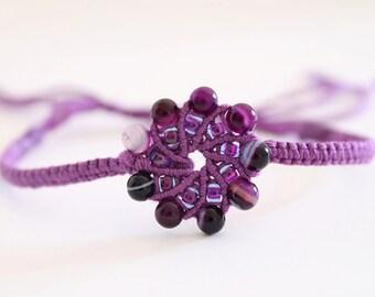 Macramè spiral bracelet with agate beads magenta purple