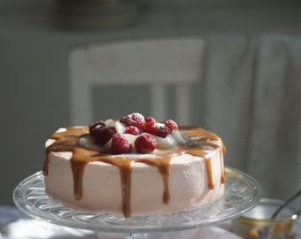 White chocolate cake with PEAR, raspberry and Caramel