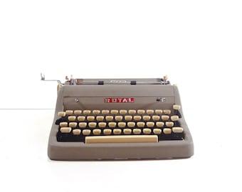 Vintage Royal Quiet Deluxe Manual Typewriter with Case / 1950s Portable Typewriter