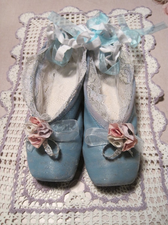 Shabby gift idea altered vintage ballet shoes by for Ballet shoes christmas decoration