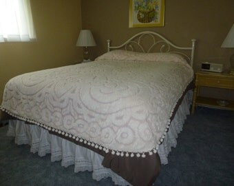 Beautiful Plush Pink and White Chenille Full/Queen Bedspread