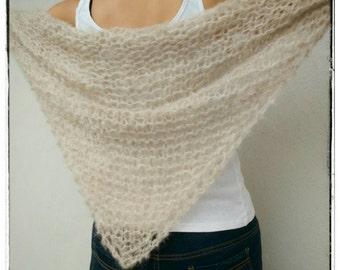 Luxurious and light shawl made of superfine alpaca and merino wool. Light beige.
