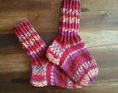 Girly Socken, gestrickte Socken, Wollsocken, schöne Socken, gestreifte Socken, warme Socken, warme Füße, Mädchen, Kleidung, Wintersocken, bunt