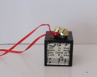 "1,5"" Rustic Block Christmas Ornament with sheet music."