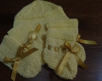 New born babies beanie, booties  and mittens