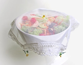 It covers food for round or square bowls
