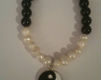 Ying yang bracelet with freshwater pearls and black glass beads.