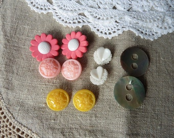LOT of 10 vintage buttons