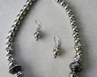 Silver coloured necklace and earrings