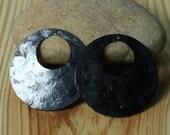 Hand hammered circular dangel drop blackened brass 28mm in diameter 24g thick, 2 pcs (item ID XW01637BK)