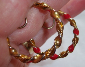 vintage gold tone twisted hoop loop with red accents clip on earrings 1015B