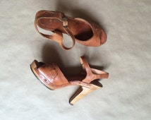 vintage 70's stacked heel shoes /  pumps / womens  / woven leather strappy sandal  / boho bohemian hippie