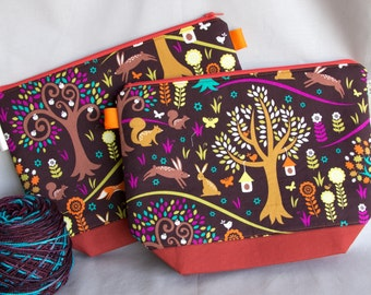 Medium knitting or crochet project bag with inside pockets. Zippered pouch.