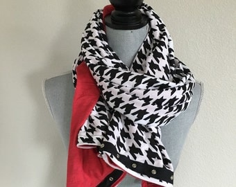 Reversible jersey snap scarf in black/white houndstooth and red